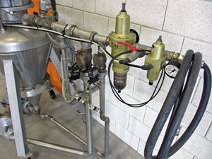Dense phase pneumatic conveying vessel