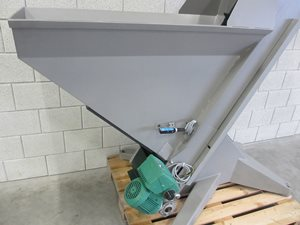 Elevator belt for metered supply
